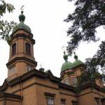 Keltaruskea kirkko näkyy puiden katveesta