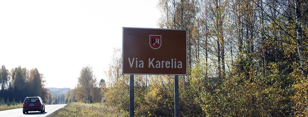 Kyltti Via Karelia matkailutiellä vaaramaisemassa